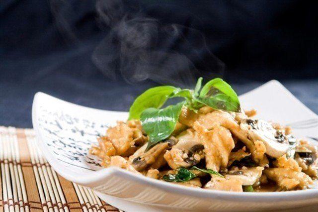 Karstie salāti ar vistu aknām un aveņu mērci