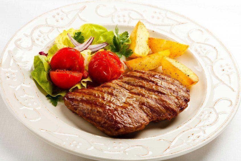 Liellopu gaļas salāti ar dārzeņiem.