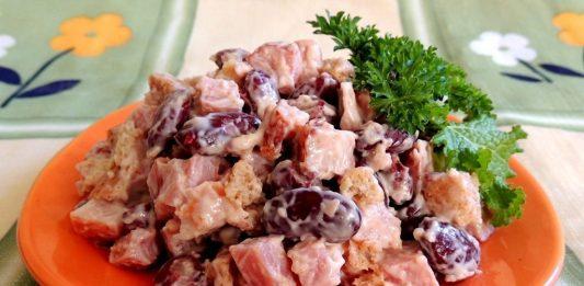 Salāti ar pupiņām, sieru un maizes grauzdiņiem.