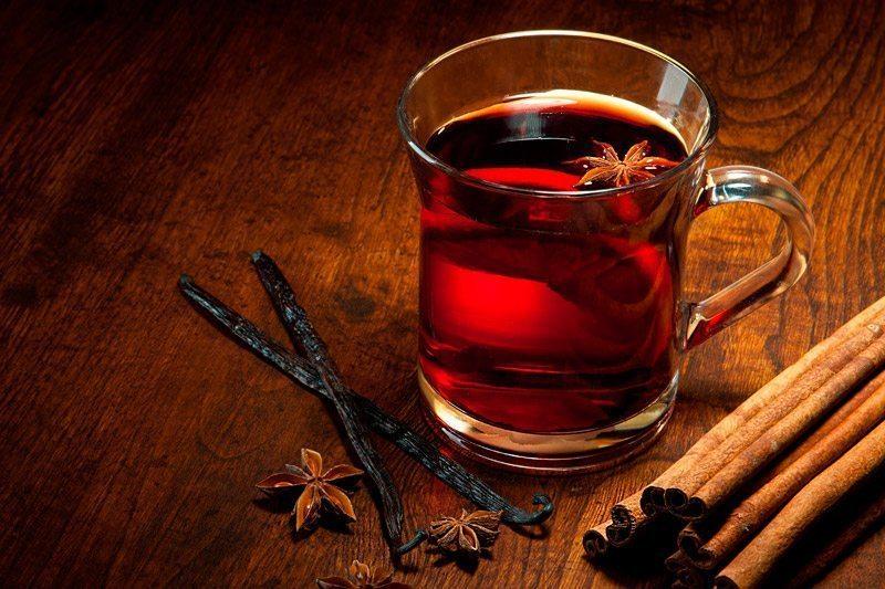 6 īpaši sildošu dzērienu receptes Ziemassvētkiem mežā