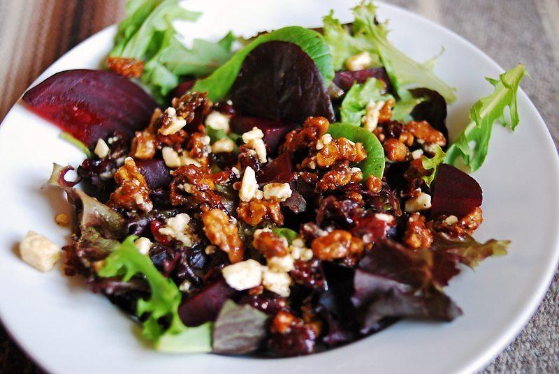 Diētiskie biešu salāti ar žāvētām plūmēm un valriekstiem