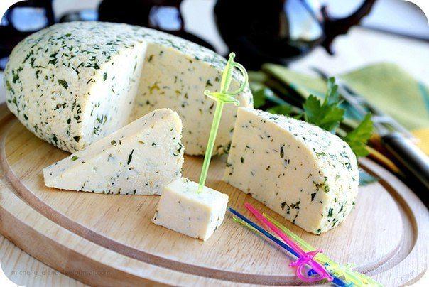 Mājās gatavots siers no kefīra un pilnpiena