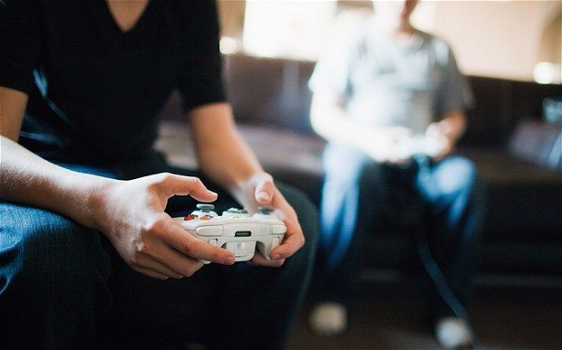 Vīrietis Vācijā sazāļo draudzeni ar nomierinošiem līdzekļiem, lai klusumā varētu spēlēt datorspēles