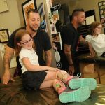 Mīļi: Tetovējumu meistars piepildīja slimas meitenītes sapni 1