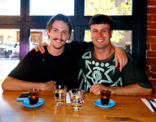 Vīrietis plāno dzert kafiju kopā ar katru no saviem 1000 Facebook draugiem 1