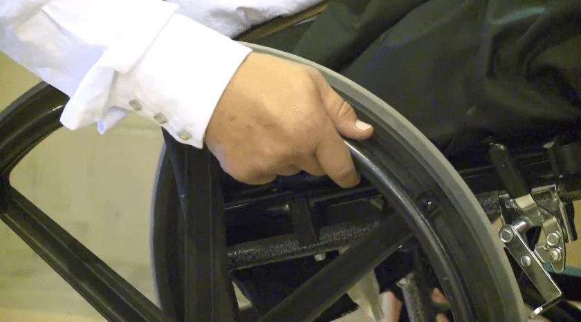 Viņa apprecēja puisi ratiņkrēslā, bet kāzās viņa saņēma necerētu pārsteigumu (video) 1