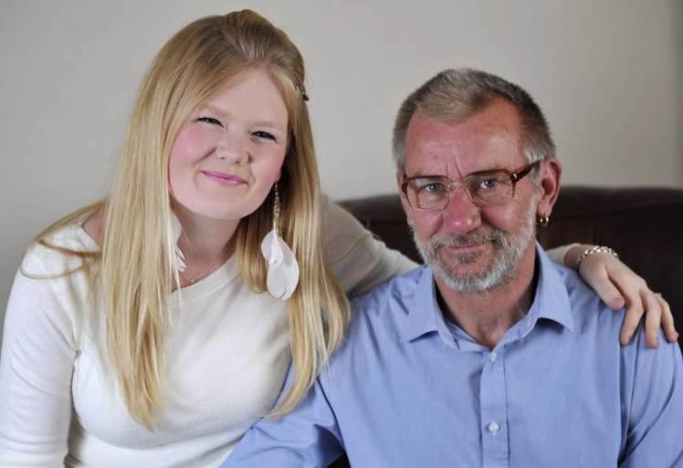 22 gadus jauna meitene metās aizstāvēt savu 58 gadus veco līgavaini