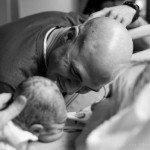 Aizkustinošie mirkļi: Tēti pirmo reizi ierauga savus jaundzimušos 6