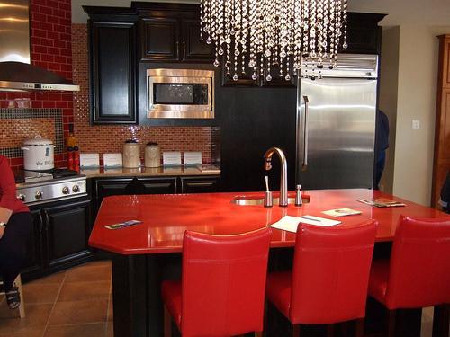 Sarkana krāsa virtuvē - pikants interjera risinājums 1