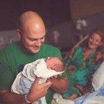 Aizkustinošie mirkļi: Tēti pirmo reizi ierauga savus jaundzimušos 16