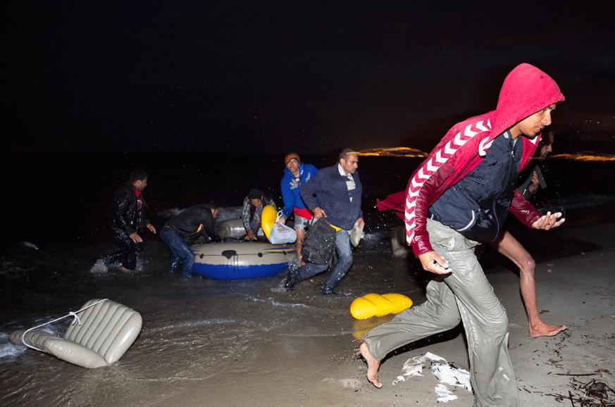 ŠOKĒJOŠI. Rīgas līča piekrastē ierodas laiva ar bēgļiem. VIDEO