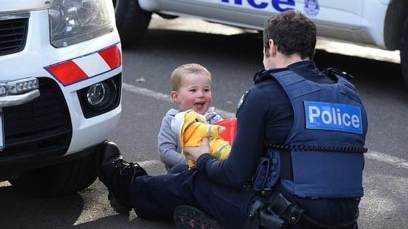 Šī puisēna mammu notrieca auto. Policista rīcība aizkustina līdz asarām 1