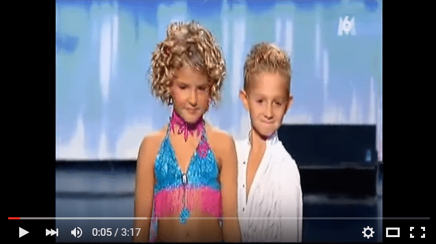 Divi astoņgadīgi dejotāji ar savu aktīvo deju piecēla visu zāli stāvus kājās. ĪSTS TALANTS!