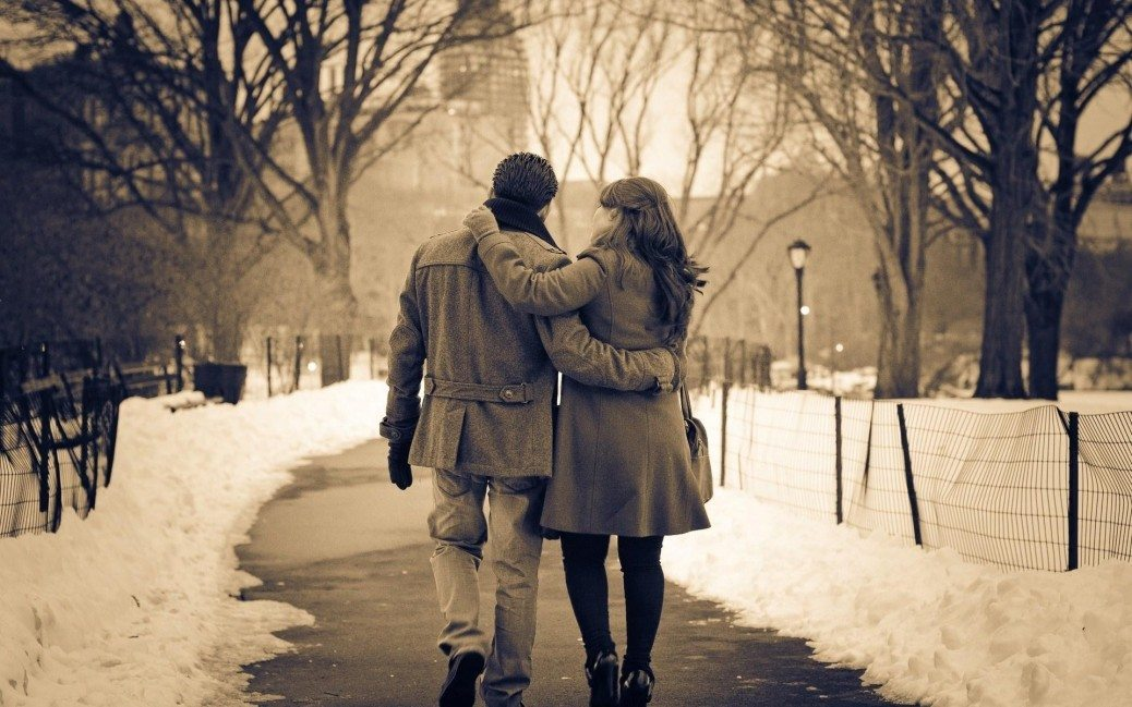 couple_walking_park_winter_snow_city_wonderful