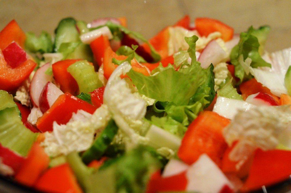 Siltie salāti ar Briseles kāpostiem un sparģeļiem