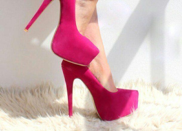 Vai zināji to, ka staigāt uz augstiem papēžiem ir veselīgi?