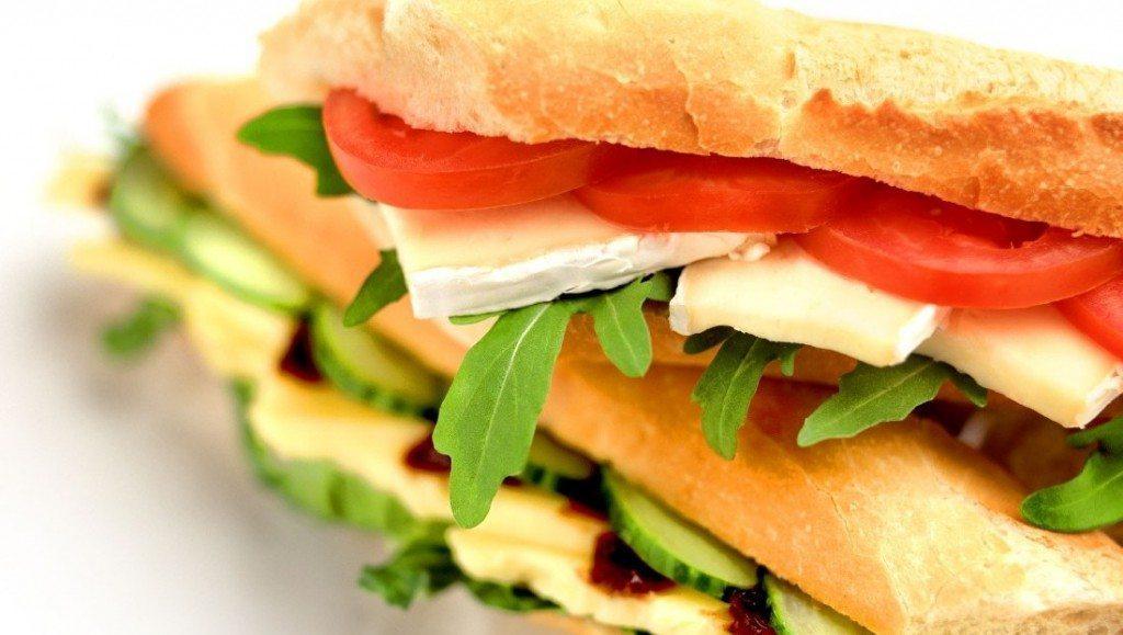 Šveices brokastu sendvičs ar bumbieri un šķiņķi
