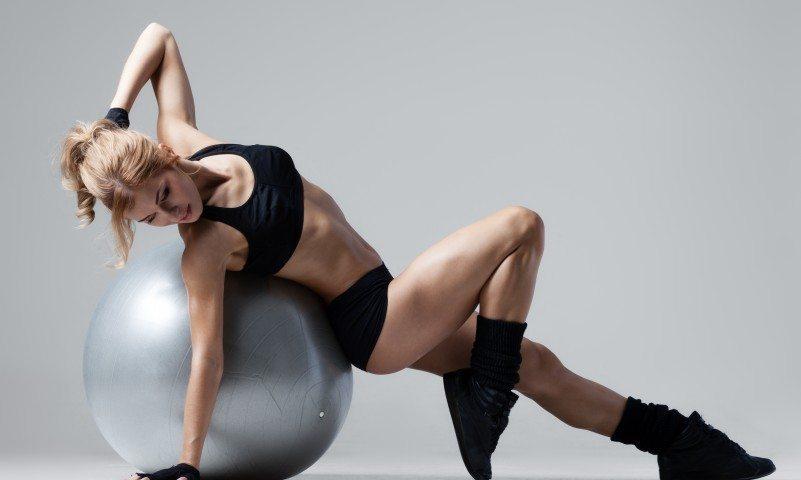 sport-fitnes-shar-myach-devushka