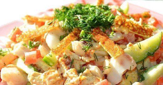 Salāti ar olu pankūkām un vistu