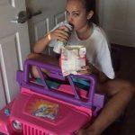 Kad viņai atņēma tiesības, viņa sāka pārvietoties ar rotaļu džipu 3