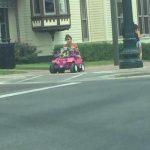 Kad viņai atņēma tiesības, viņa sāka pārvietoties ar rotaļu džipu 4