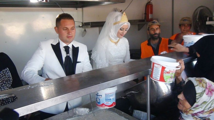 bride-groom-feed-refugees-wedding-1