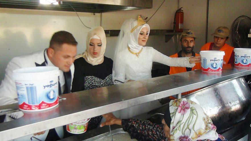 bride-groom-feed-refugees-wedding-2