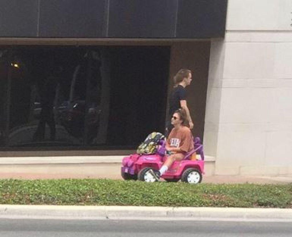 Kad viņai atņēma tiesības, viņa sāka pārvietoties ar rotaļu džipu 1