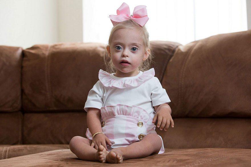 Šī divgadīgā meitenīte ar dauna sindromu ir ļoti populāra bērnu modele 7