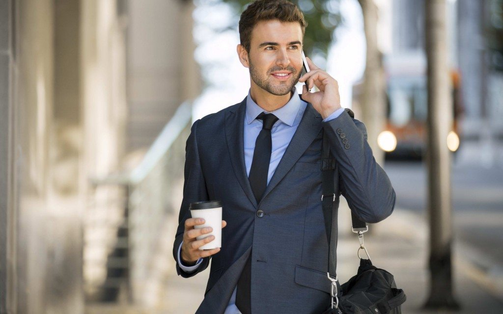 kofe-paren-telefon-progulka