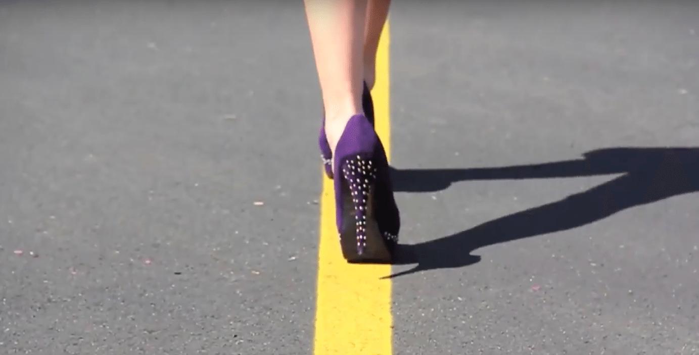 Video pamācība: Kā pareizi staigāt augstpapēžu kurpēs iesācējām 1