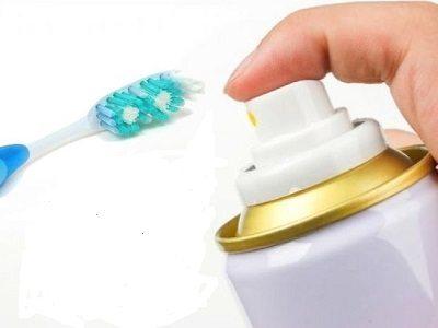 зубная щетка и лак для волос