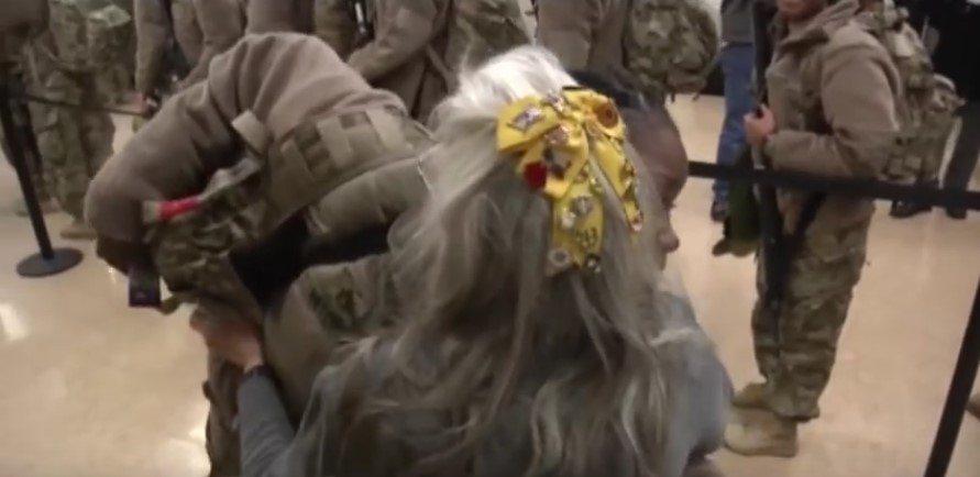 12 gadus lidostā kāda kundze apskāva visus kareivjus. Kādu dienu viņas tur nebija... 2