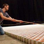 Mākslinieks ir izveidojis instalāciju no 66000 glāzēm lietus ūdens (+video) 2