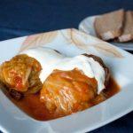 Ļoti garšīgi kāpostu tīteņi krējuma – tomātu mērcē! Vīramātes recepte 1