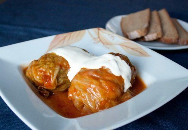 Ļoti garšīgi kāpostu tīteņi krējuma – tomātu mērcē! Vīramātes recepte 2