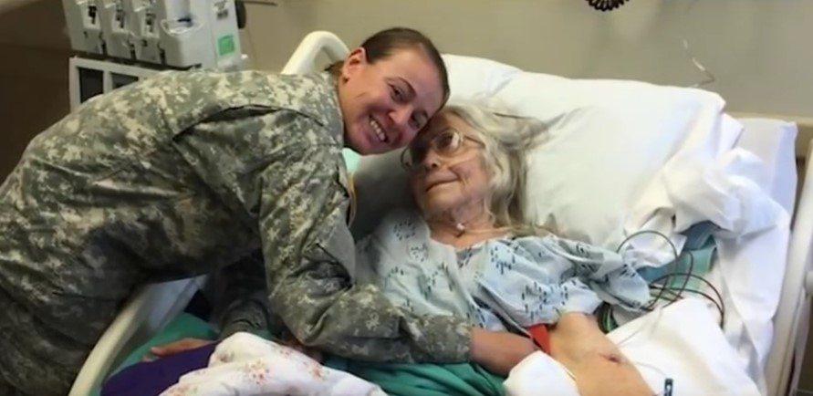 12 gadus lidostā kāda kundze apskāva visus kareivjus. Kādu dienu viņas tur nebija... 5
