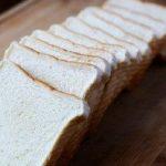 Viņa ar mīklas rulli izrullēja maizes šķēli un pagatavoja brokastis, kuras es ēstu katru rītu 3