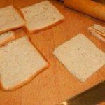 Viņa ar mīklas rulli izrullēja maizes šķēli un pagatavoja brokastis, kuras es ēstu katru rītu 4