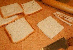 Viņa ar mīklas rulli izrullēja maizes šķēli un pagatavoja brokastis, kuras es ēstu katru rītu 2