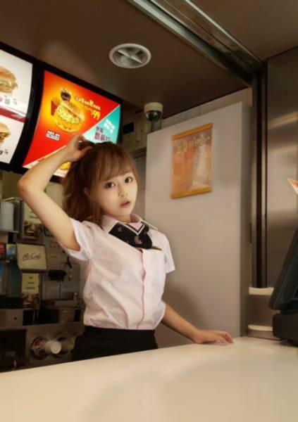Šī meitene ir iespējams pati skaistākā McDonalds darbiniece 2