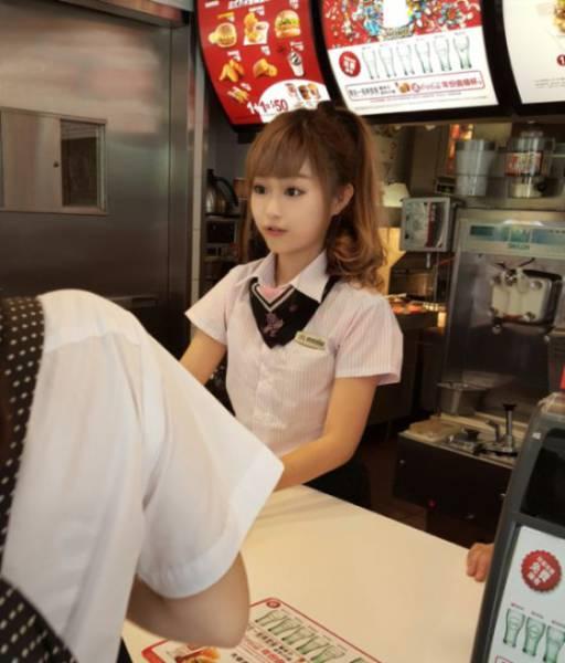 Šī meitene ir iespējams pati skaistākā McDonalds darbiniece 1
