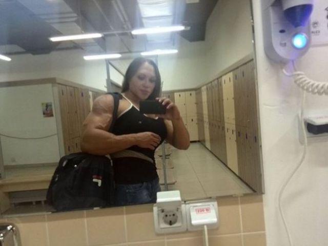 Šī sieviete sporta zālē neatpaliek no vīriešiem. Tev tas liekas sievišķīgi? 6