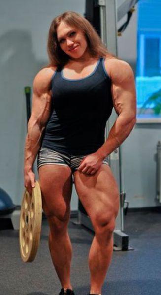 Šī sieviete sporta zālē neatpaliek no vīriešiem. Tev tas liekas sievišķīgi? 7