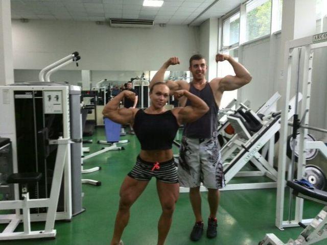 Šī sieviete sporta zālē neatpaliek no vīriešiem. Tev tas liekas sievišķīgi? 2