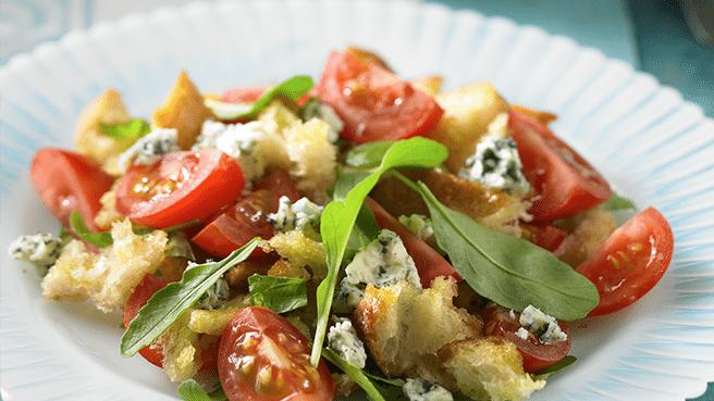 Siera un tomātu salāti ar maizes grauzdiņiem 1