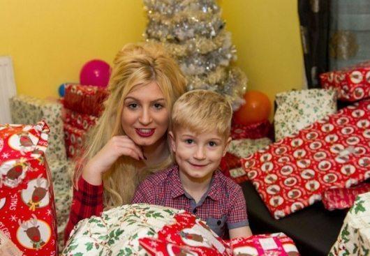 Jauna māmiņa filmējas porno, lai sagādātu mazajam dēlam dārgu Ziemassvētku dāvanu (+FOTO) 1