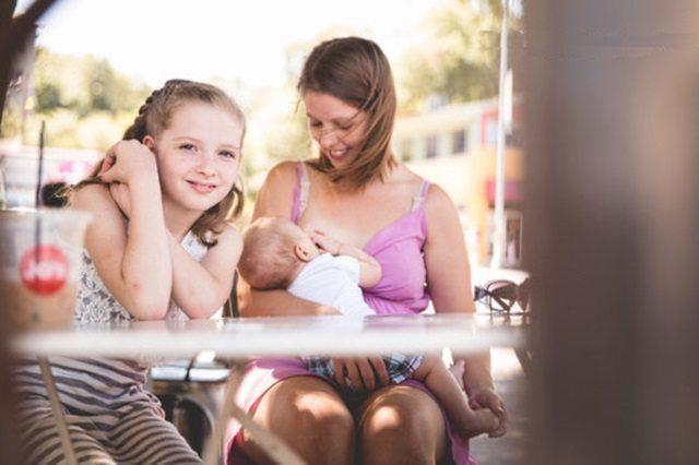 Viņu nosodīja par to, ka viņa baroja bērnu ar krūti sabiedriskā vietā. Bet mamma sniedza cienīgu atbildi 5