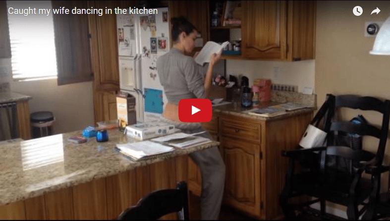 Vīrs slepus novēroja ar ko viņa sieva nodarbojas virtuvē. Cik labi, ka viņš to paspēja uzfilmēt