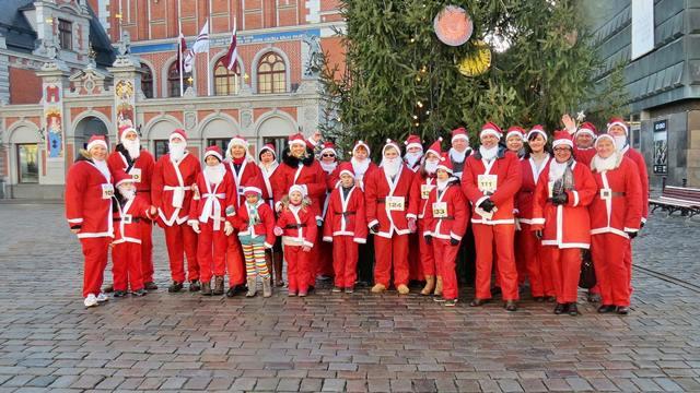 Saņem Ziemassvētku vecīša tērpu un ziedo skrienot 2